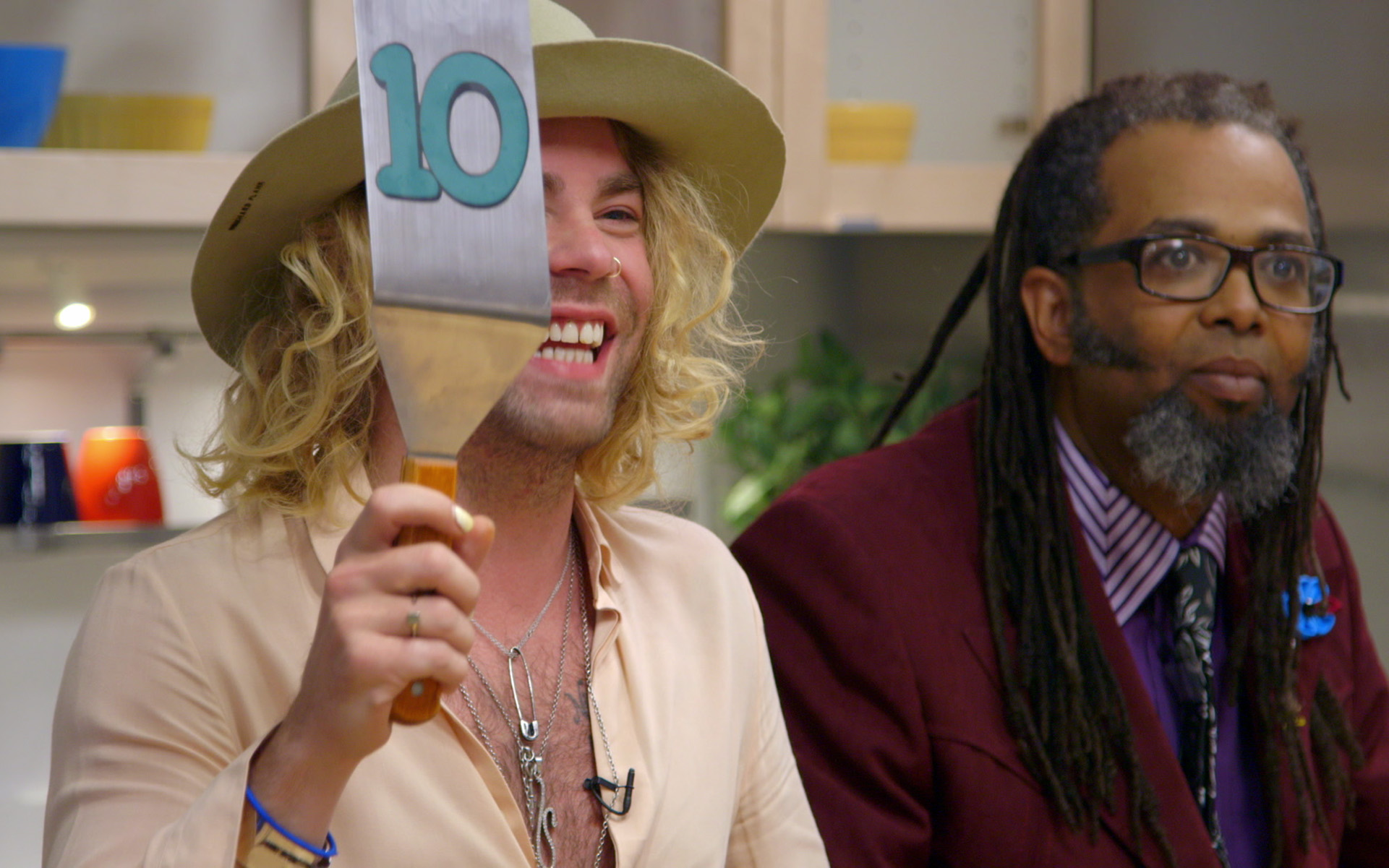 Rapper Mod Sun rates a cannabis meal on 'Cooking on High'. (Netflix)