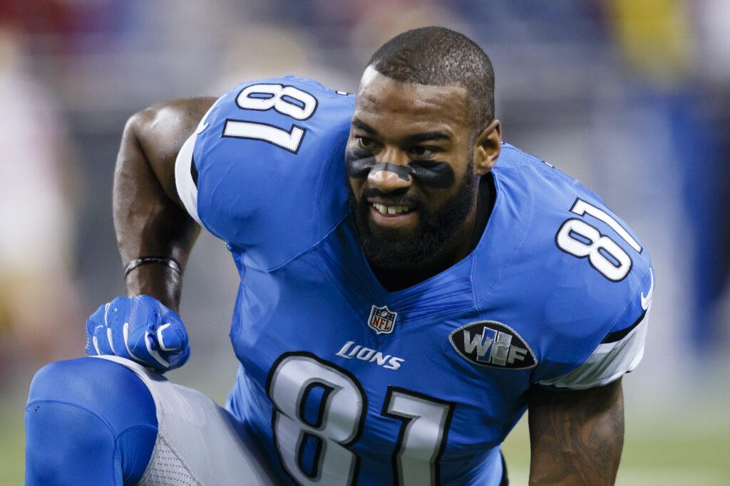 Calvin Johnson calienta antes de un partido de fútbol americano de la NFL.